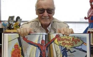 Stan Lee posando con una copia del libro del 75 aniversario de Marvel