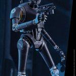 Detalle de la de la figura de K-2SO en acción, de Hot Toys